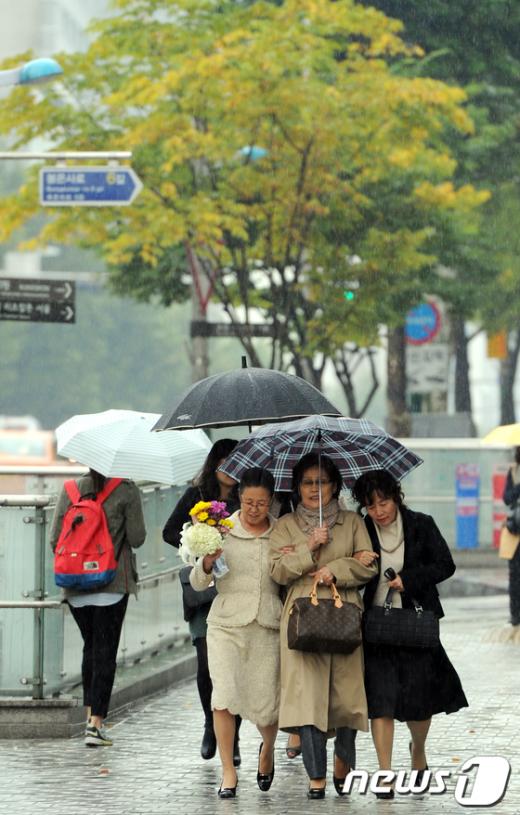 [사진]'우산 하나로'