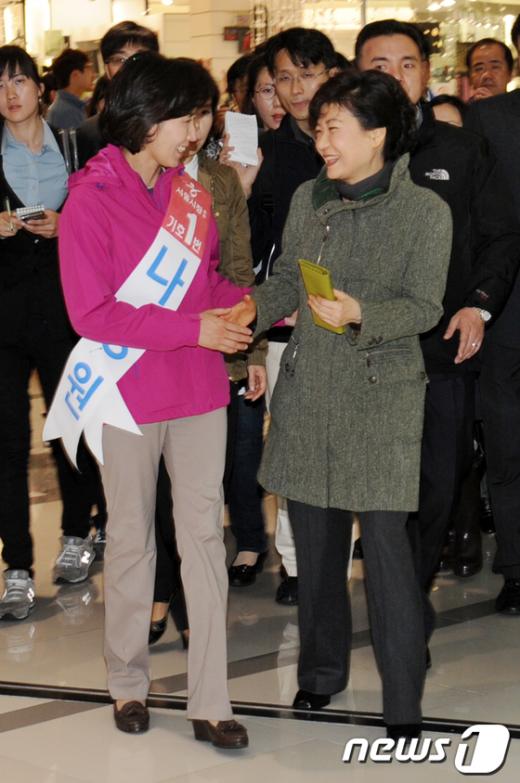 [사진]손 잡은 박근혜 전 대표와 나경원 후보