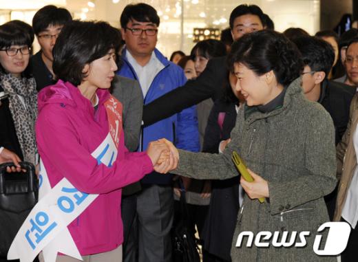 [사진]인사 나누는 박근혜 전 대표와 나경원 후보