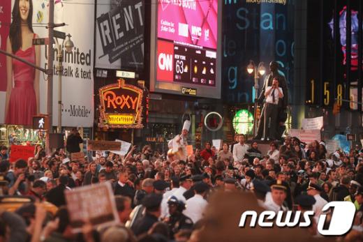 평소 카메라를 든 관광객으로 북적이던 미국 뉴욕 타임스스퀘어가 15일(현지시간) 월가의 탐욕을 고발하는 피켓을 든 시위대로 가득차 있다.<사진 AFP통신 News1>
