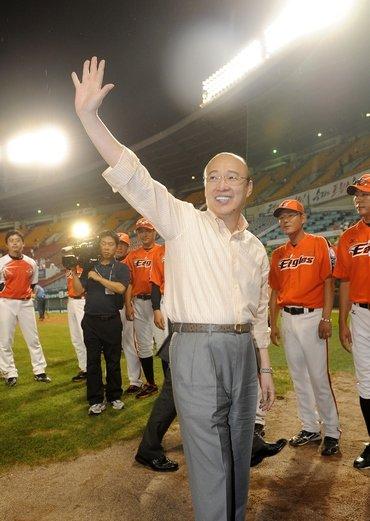 ↑한화 김승연 회장이 8월7일 2011 프로야구 LG와 한화의 경기가 열린 서울 잠실야구장을 찾아 한화 선수들과 팬들에게 인사를 하고 있다.