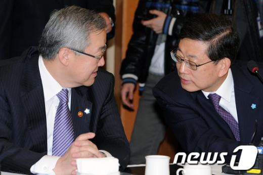 [사진]당정협의회 참석한 김황식 총리와 김성환 외교