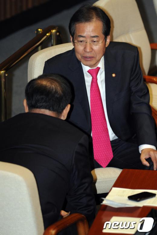 [사진]대화나누는 홍준표-황우여
