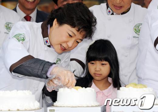 [사진]케익 만드는 박근혜 전 대표