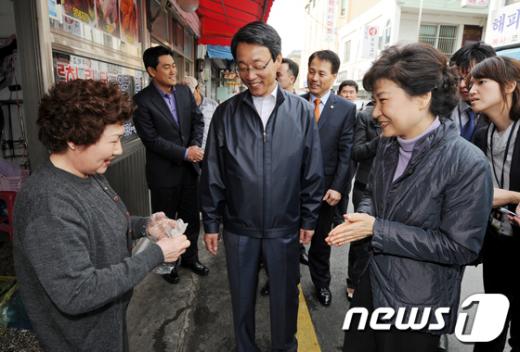 [사진]상인들과 이야기 나누는 박근혜 전 대표