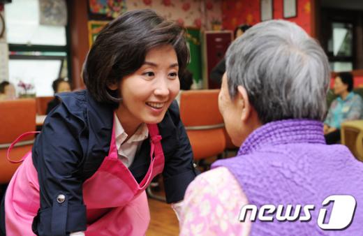 [사진]노인요양센터 방문한 나경원
