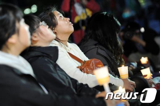 [사진]촛불들고 거리수업 받는 대학생들