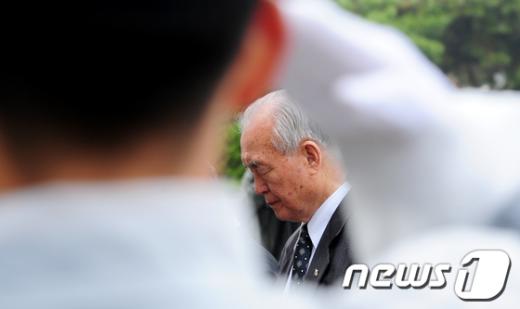 [사진]현충원 참배하는 장경순 국회 부의장