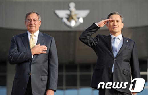 [사진]경례하는 韓·美 국방장관