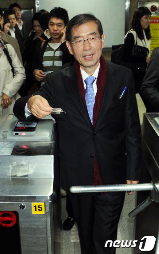 [사진]지하철로 첫 출근하는 박원순 서울시장