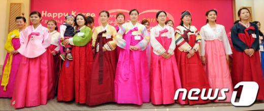 [사진]한복맵시 뽑내는 다문화가정 여성들