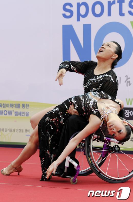 [사진]멋진 무대 선보이는 휠체어 댄스스포츠팀