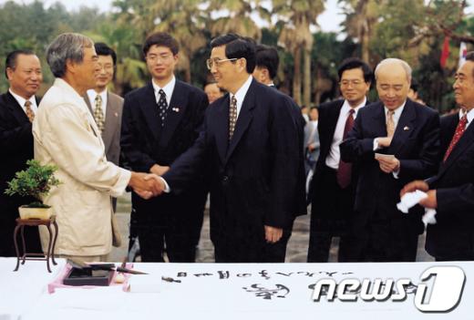 1998년 '생각하는 정원'을 방문한 후진타오 중국 국가주석(가운데)이 성범영 원장과 악수하고 있다. /사진제공=제주자치도관광협회  News1