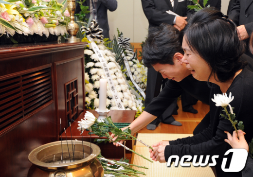 [사진]오열하는 故 박영석 대장 부인