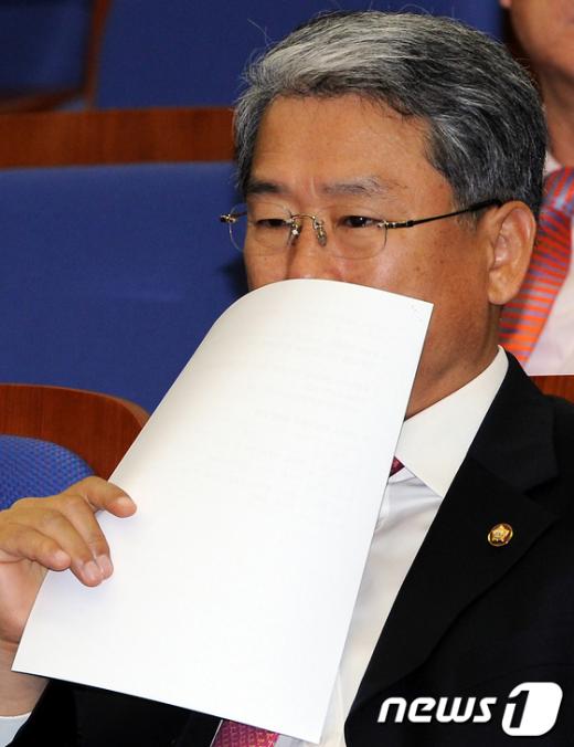 [사진]고심하는 김동철 의원