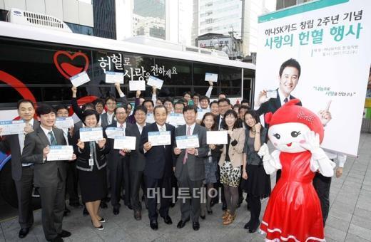 ↑하나SK카드는 창립 2주년을 맞아 이강태 사장(가운데), 고형석 경영지원본부 본부장(오른쪽)이 참석한 가운데 '사랑의 헌혈 행사'를 진행했다.