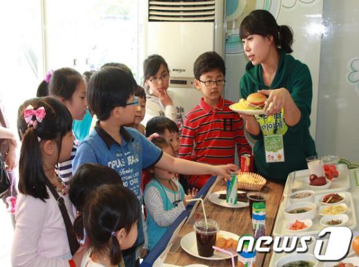 식품안전 체험버스에서 어린이들이 체험코너에 참여한 모습./서울시 제공 News1