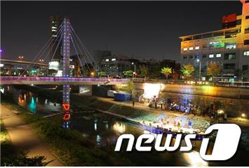 청계천 두물다리 청혼의 벽/사진제공=서울시설공단  News1