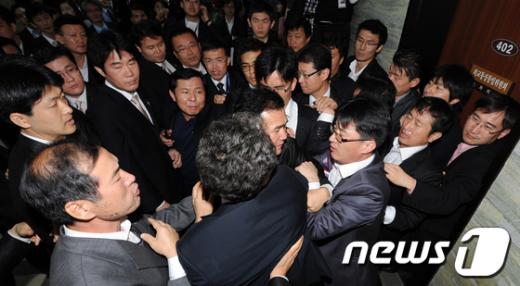 [사진]'몸싸움하는 보좌진과 경위들'