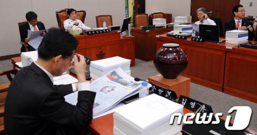 [사진]'외통위 지키는 야당 의원들'