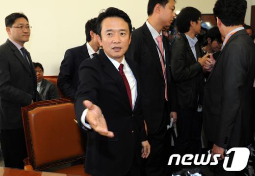[사진]소회의실 정리하는 남경필 위원장
