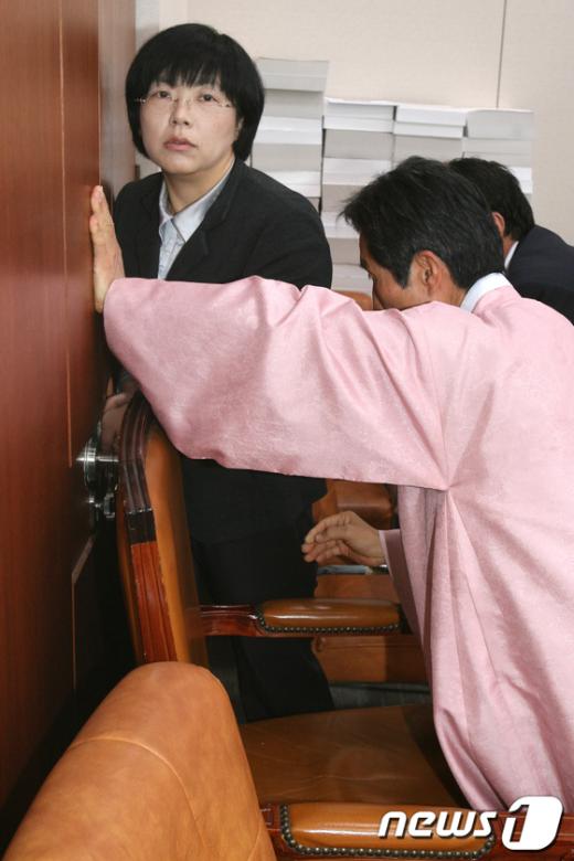 [사진]외통위 봉쇄하는 이정희-강기갑