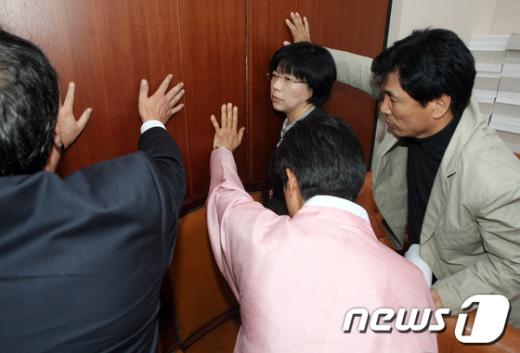[사진]'회의장으로 절대 들어올 수 없습니다'