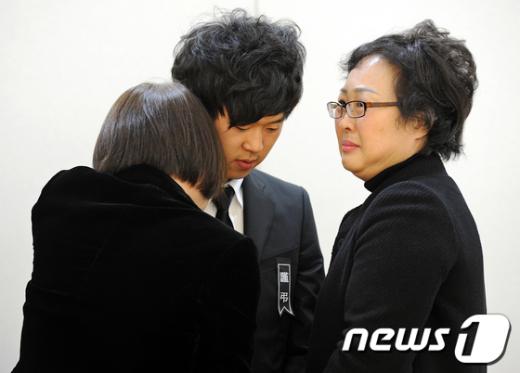 [사진]박영석 대장 아들과 인사 나누는 조문객