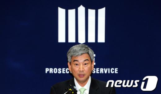 [사진]부산저축銀 수사결과 발표하는 최재경 중수부장