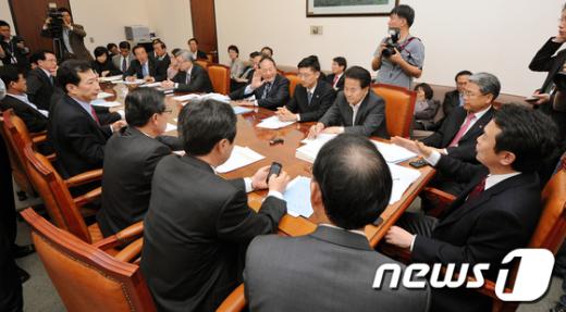 [사진]외통위 파행 '예산안심의 소회의실에서'