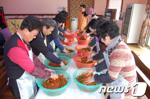 개랭이 고들빼기 김치 영농조합에서 주민들이 김치를 만들고 있다./사진제공=순천시 News1