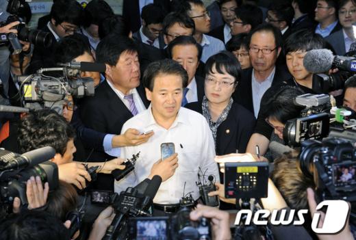[사진]외통위장 빠져나오는 민주당 의원들