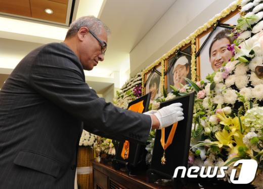 [사진]신동민, 강기석 대원 훈장 수훈