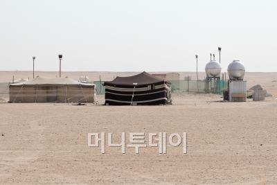 ↑가을을 맞아 사막에서 캠핑을 하는 현지인들.