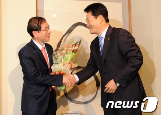 [사진]서울시장 취임 축하 꽃다발 전달하는 송영길 시장