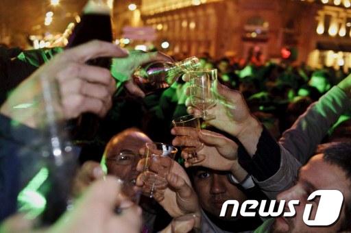 20011년산 보졸레누보 출시에 맞춰 17일 프랑스리옹에서열린 보졸레누보 축제에서 사람들이 새 와인을 즐기고 있다. AFP=News1