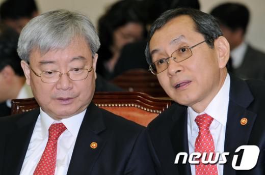 [사진]국회 출석한 김석동 -김동수 위원장