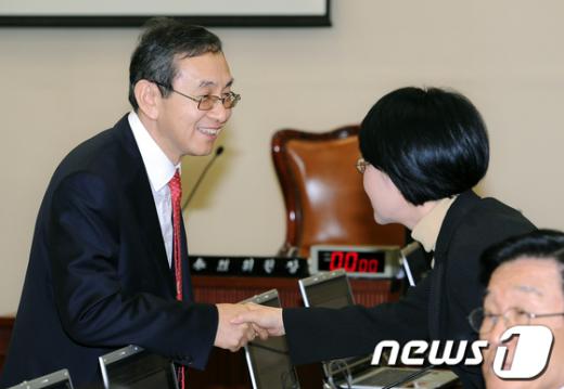 [사진]인사나누는 김동수 위원장