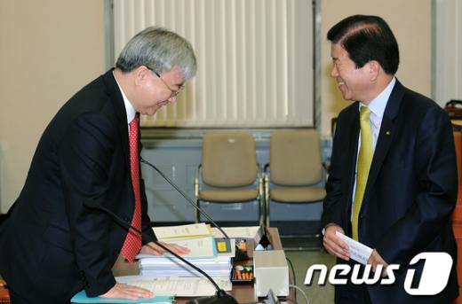 [사진]박병석 의원과 인사나누는 김석동 위원장