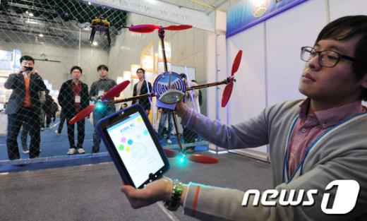 [사진]스마트폰으로 무인항공기 조종해요