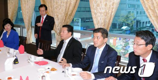 [사진]홍준표 대표 초선의원 연석회의 참석