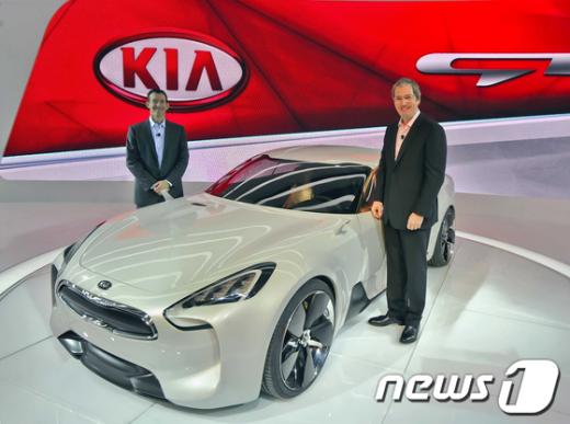 미국시장에 처음 선보인 기아차의 GT. 사진은마이클 스프라그(Michael Sprague) 기아차 미국법인 마케팅담당 부사장, 톰 러브리스(Tom Loveless) 기아차 미국법인 판매담당 부사장(사진 왼쪽부터)이 'Kia GT'를 배경으로 기념촬영을 하고 있는 모습. News1