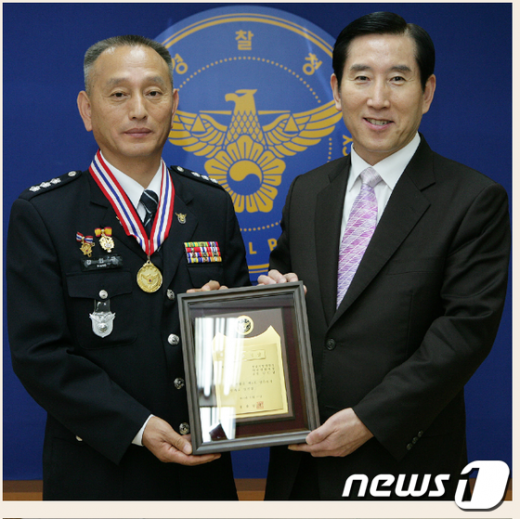 조현오 경찰청장(오른쪽)과 강인규 서장 News1
