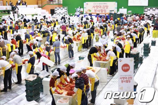 CJ그룹은 지난 14~19일 임직원 2000여명이 88체육관에서 사랑의 김장 봉사 활동을 진행했다.  News1