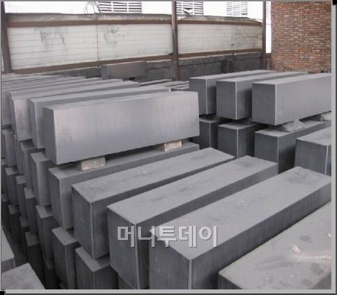 ↑ 제철 부산물인 콜타르로 제조한 등방흑연블록의 모습 (ⓒ자료사진=포스코 제공)