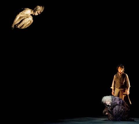 ↑ 오이디푸스에서 '알몸의 새' 역을 맡은 배우 이기돈(왼쪽)은 대사 한마디 없이 소리와 몸짓만으로 강렬한 인상을 남겼다. ⓒ국립극단