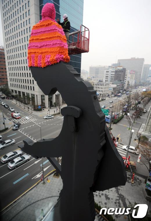 [사진]털 모자 쓰는 해머링맨