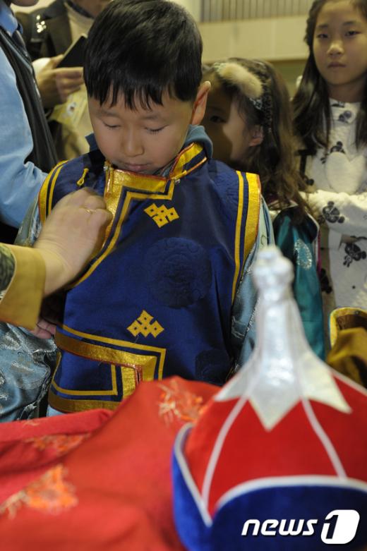 [사진]몽골의상 '델'을 입어보는 아이