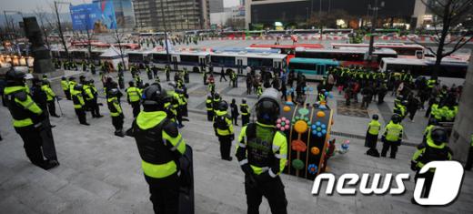 [사진]경찰, 세종문화회관 계단까지 봉쇄