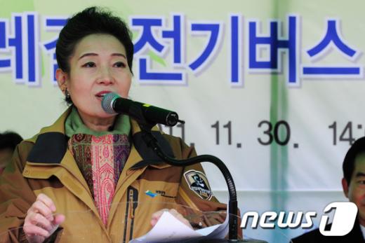 [사진]유영숙 장관, 전기버스 개통식 인사말